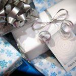 Geschenke mit Neujahrskarte